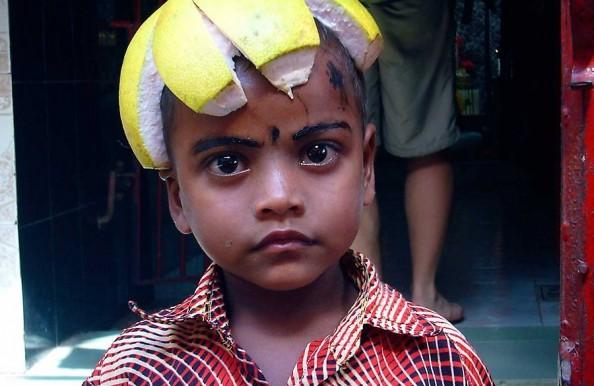 Bangladesh: India sageli tsüklonitega võitlev läänenaaber on turistidele veel vähetuntud paik. Fotol olev poiss on tekitanud endale vaimuka peakatte puuviljakoorest.